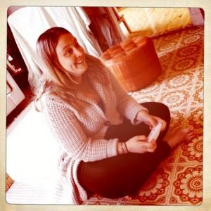Flickvännen försöker le när hon spelar.