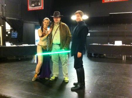 Ett Indiana Jones fan blir fotad med Leia & Luke Skywalker