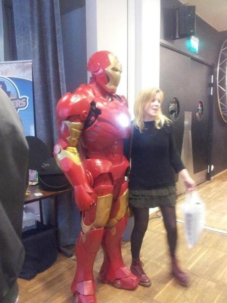 Någon tjej som blir fotad med Ironman. Foto: Aurora Gustafsson